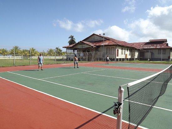 Terrain de tennis photo de telamar resort tela for Villas telamar