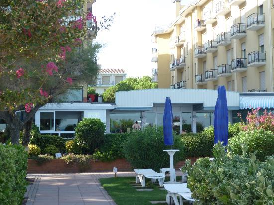 Hotel Svezia & Scandinavia : hotel visto dalla spiaggia