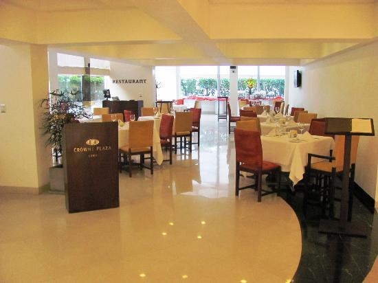 Crowne Plaza Lima: The dining room adjacent to th eentrance
