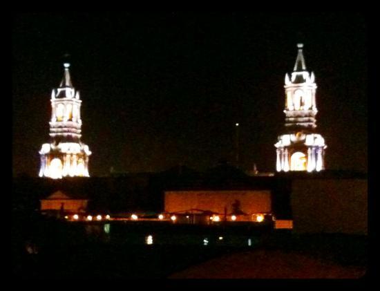 Los Balcones de Moral y Santa Catalina: Aussicht auf die Türme der Kathedrale nachts bei unserer Ankunft