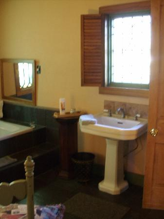Shadetree Inn: Gardeners Cottage Bathroom Pic1