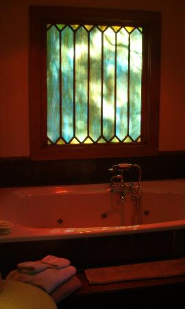 Shadetree Inn: Gardeners Cottage Bathroom Pic2