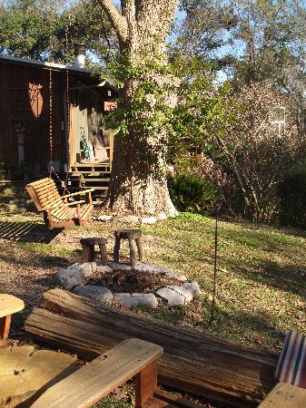 Shadetree Inn: Gardeners Cottage Swing and Fire Pit Area
