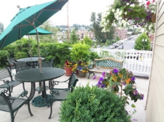 Fairhaven Village Inn: summer on rooftop patio