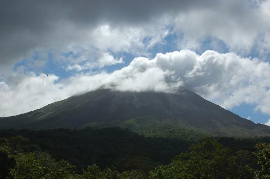 Arenal Kioro: View of Volcano from room - note the peak shrouded in clouds