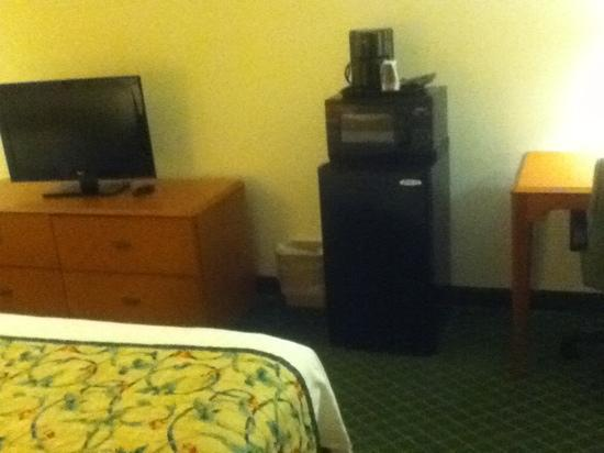 Fairfield Inn Asheville Airport: my little living room slash kitchen lol