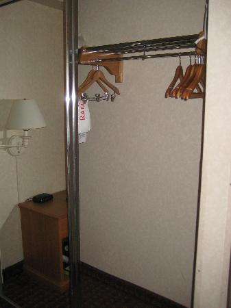 Ramada Portland : closet with sliding mirrored doors