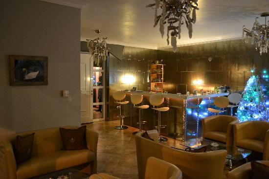 Kyknos De Luxe Suites Hotel: Το λόμπυ του ξενοδοχείου πάντα χώρος φιλόξενος, το βράδυ...