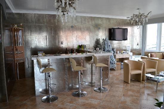 Kyknos De Luxe Suites Hotel: ...αλλά & την ημέρα. (λόμπυ του Ξενοδοχείου)