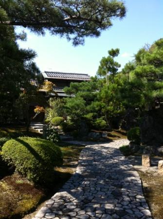 Ryokan Yamazaki: Front garden