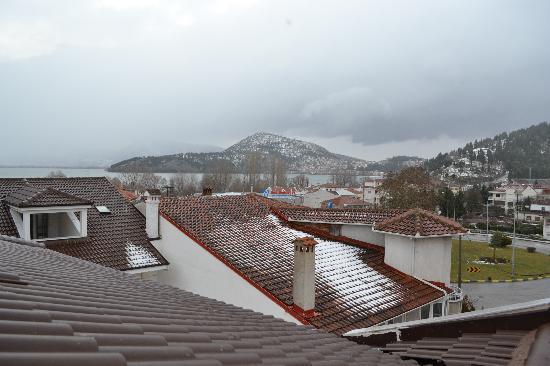 Kyknos De Luxe Suites Hotel: Εντυπωσιακή η θέα, προς την πόλη & τη λίμνη, από τους φεγγίτες της σοφίτας