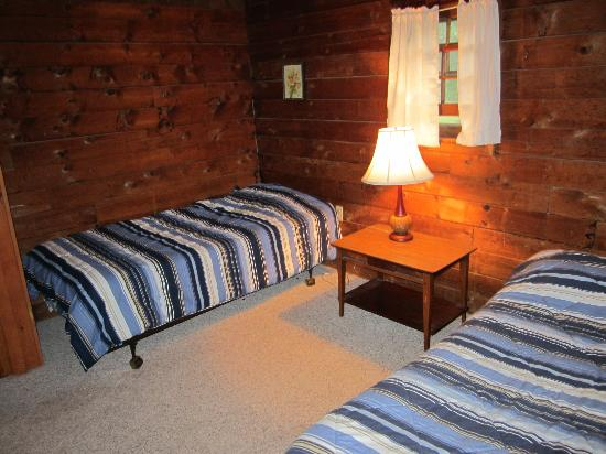 Cold Spring Lodge: Bedroom with two single beds