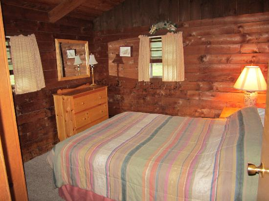 Cold Spring Lodge: Bedroom with a queen bed