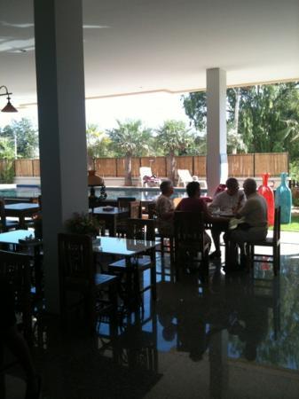 Smile Hua - Hin Resort: breakfast restaurant overlooking pool