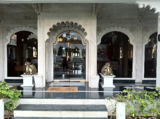 Taj Lake Palace Udaipur: Reception Entrance