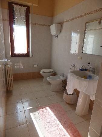 B&B Camere Andrei: the clean and spacious bathroom