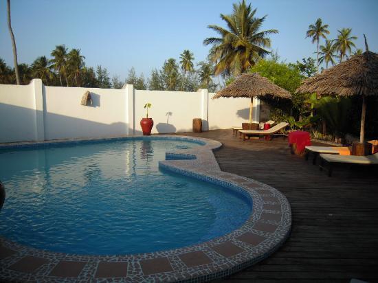 Dhow Inn: la piscine et sa terrasse