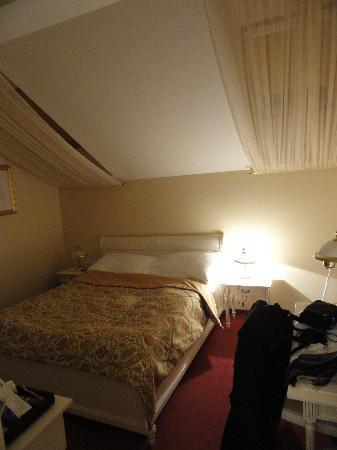 Alqush Downtown Hotel: Chambre en attique