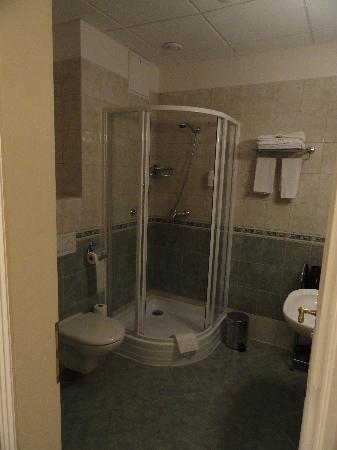 Alqush Downtown Hotel: Salle de bain spacieuse