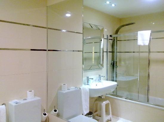 Gran Hotel Corona Sol: Otra vista del baño.