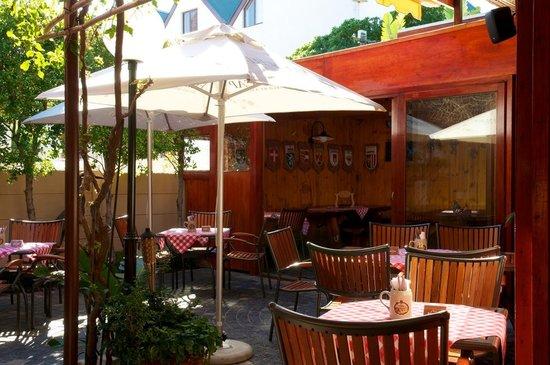 Alpenstube Restaurant and Beer Garden : Outside Garden Seating