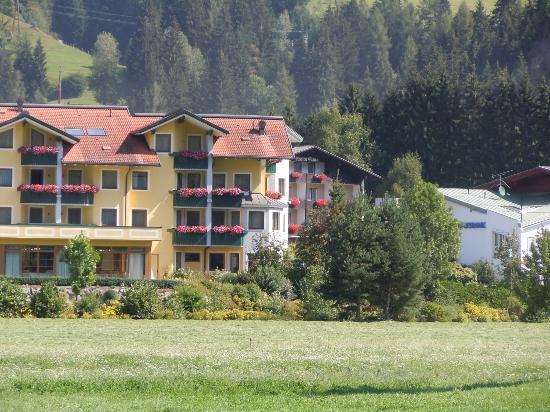 Dolomiten Residenz Sporthotel Sillian: Lato verso i prati di Sillian