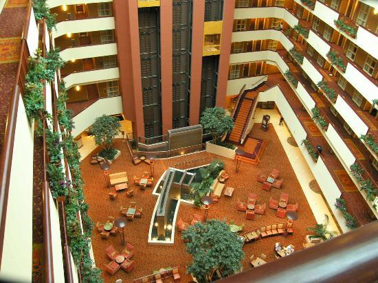 Embassy Suites by Hilton East Peoria - Hotel & RiverFront Conf Center: View of lobby