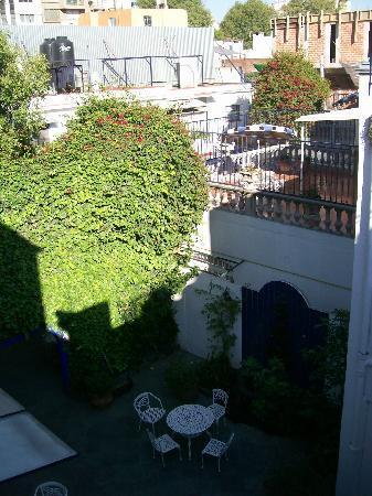 Hotel Casa Gonzalez: Vista del patio interior desde escalera sobre el segundo piso