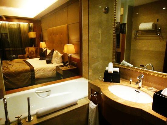 Sofitel Harbin: Bathroom has a big window facing the room