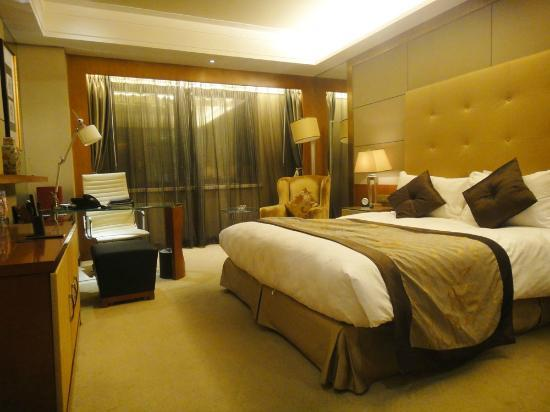 Sofitel Harbin: Bed with working area