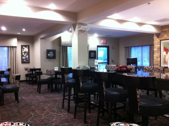Holiday Inn Express & Suites Arkadelphia - Caddo Valley: large seating in breakfast area