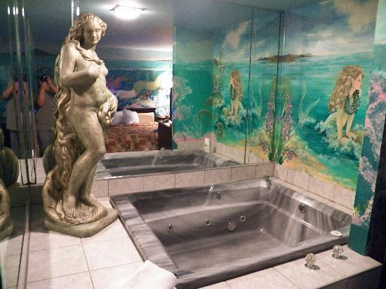 Econo Lodge Absecon : Jacuzzi Area=  Good Fun!