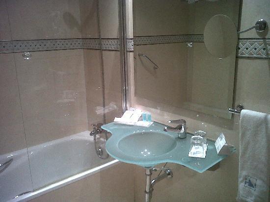 Eurostars Zarzuela Park: Baño moderno con bañera.