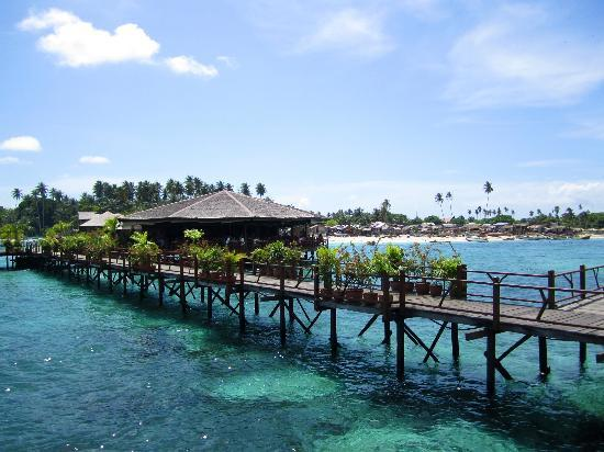 Sipadan Water Village Resort : Looking toward the restaurant