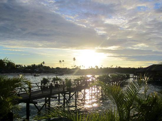 Sipadan Water Village Resort: Sunset begins - and it kept getting more beautiful