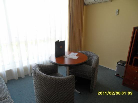 Best Western Alpine Motor Inn: Table & chairs