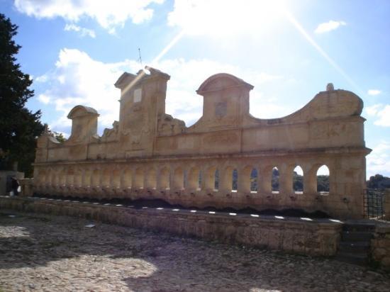 Leonforte, İtalya: La Granfonte vista di giorno