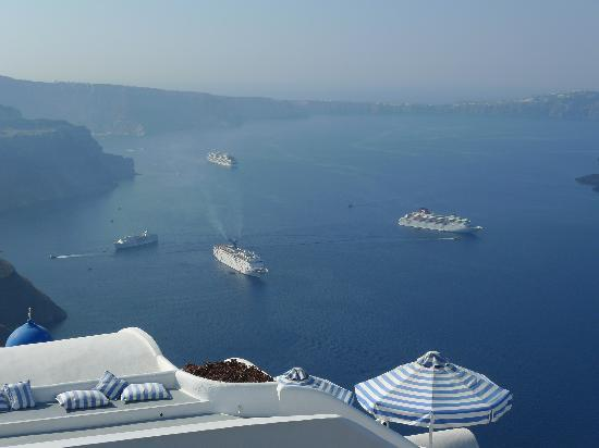 Altana Traditional Houses and Suites: Ocean liners greet u in mornings