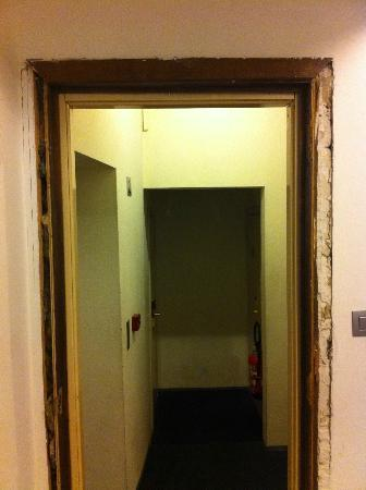 Hostel Grand Place: Couloir, vue de la chambre
