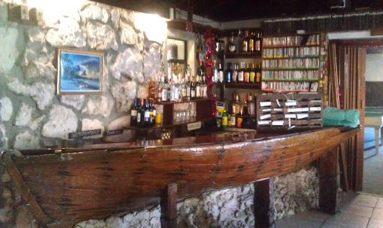 Small Hope Bay Lodge: The indoor bar (made from an old shipwreck)