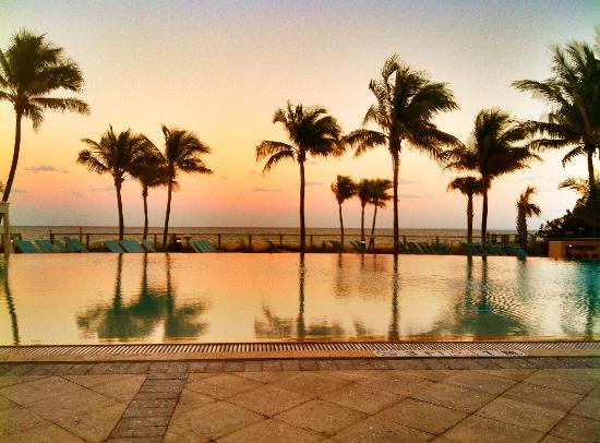 B Ocean Resort Fort Lauderdale: Sunset at the infinity pool by the beach