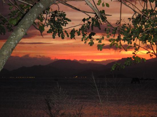 An Lam Ninh Van Bay Villas: закат на берегу