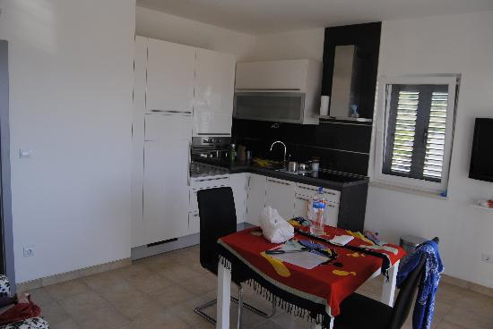 Lovely Croatia Apartments: The full equipped kitchen with table and chairs (sorry for the mess...my fault!!!)