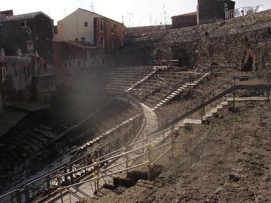 Parco Archeologico Greco Romano di Catania : zona interior del recinto