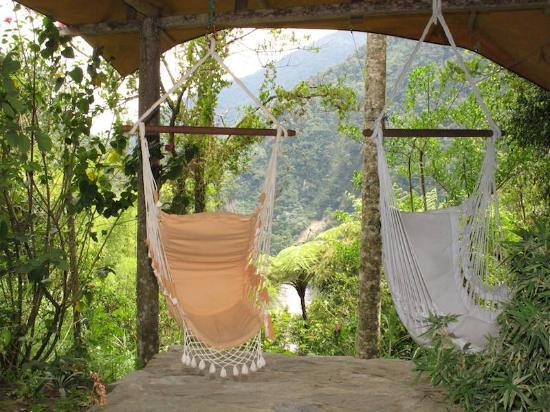 Hosteria Pequeno Paraiso: The swinging chairs overlooking the river Pastaza