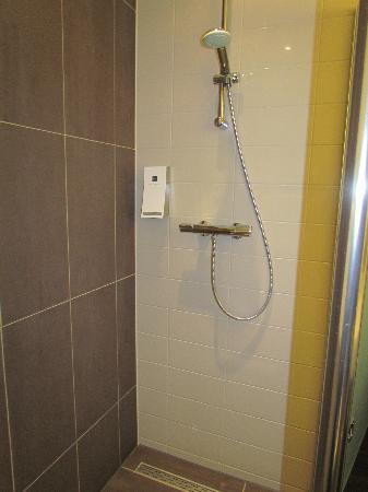 Hampshire Hotel - The Manor Amsterdam: nice rainshower with Rituals shampoo!