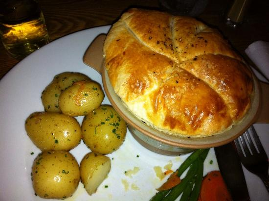 The Bell at Caerleon: Steak & Ale Pie (I chose new pots but could've had chips/mash)
