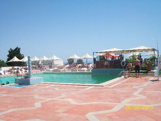 Albufeira Jardim - Apartamentos Turisticos: view from entrance to pool side