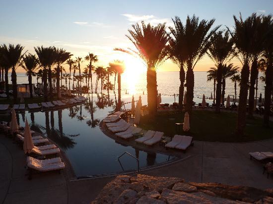 Hilton Los Cabos Beach & Golf Resort: 7AM at the pool