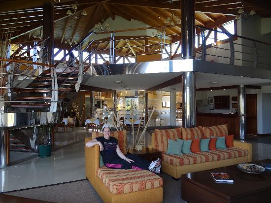 Konke Hotel & Sabores: En el loby del Hotel y al fondo la escuela de pastelería